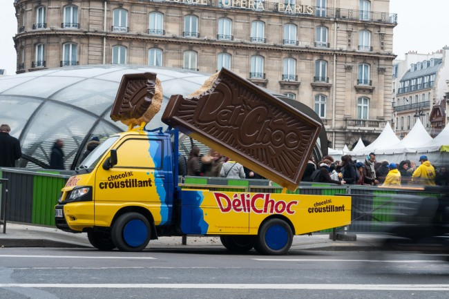 Campagne street marketing pour d lichoc r alis e par l for Porte marketing